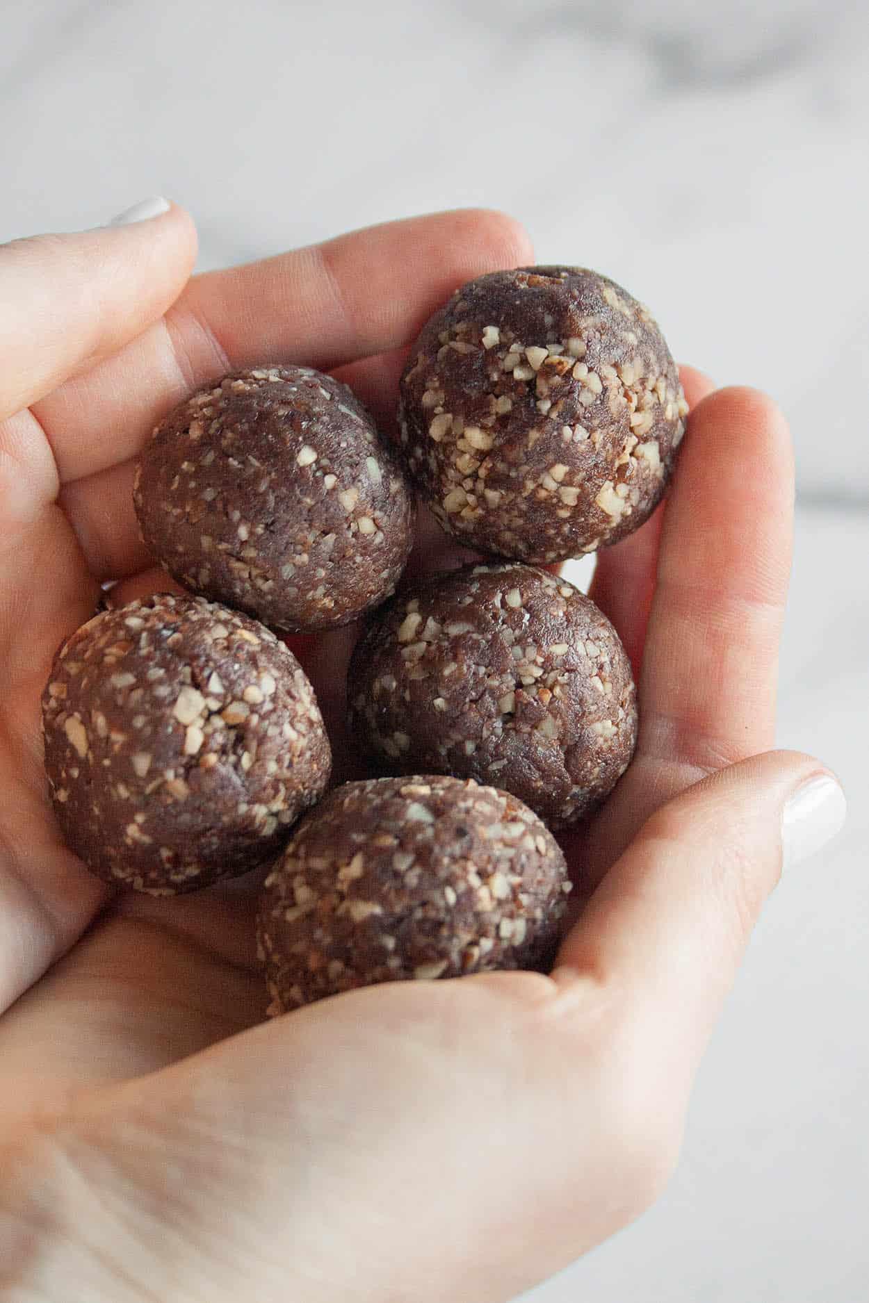 3 Ingredient Brownie Bites | paleo, gluten free, dairy free, vegan, raw, dessert recipe, energy bites, snacks, cacao powder, hazelnuts, dates | hungrybynature.com